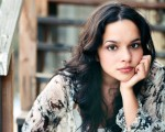 norah jones playing piano